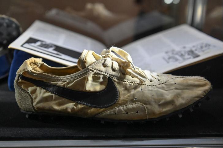 Фото №1 - Пару старых кроссовок продали на Sotheby's за полмиллиона долларов