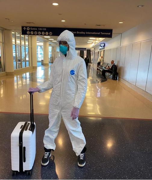 Наоми Кэмпбелл показала противовирусный костюм для путешествий