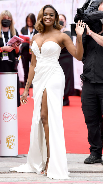 Фото №22 - Теле-BAFTA 2021: самые стильные знаменитости на красной дорожке