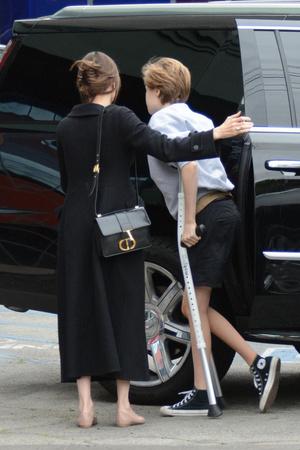 Фото №2 - Первые фото дочери Джоли после операции появились в сети
