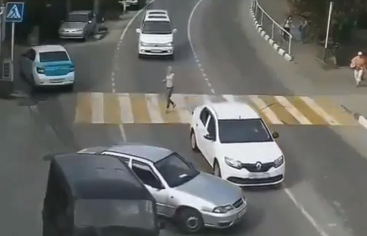 Фото №1 - Видео с автомобилем, который не врезается, не врезается, а потом все-таки врезается
