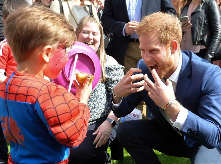 Фото №13 - 25 фотодоказательств, что принц Гарри будет отличным отцом