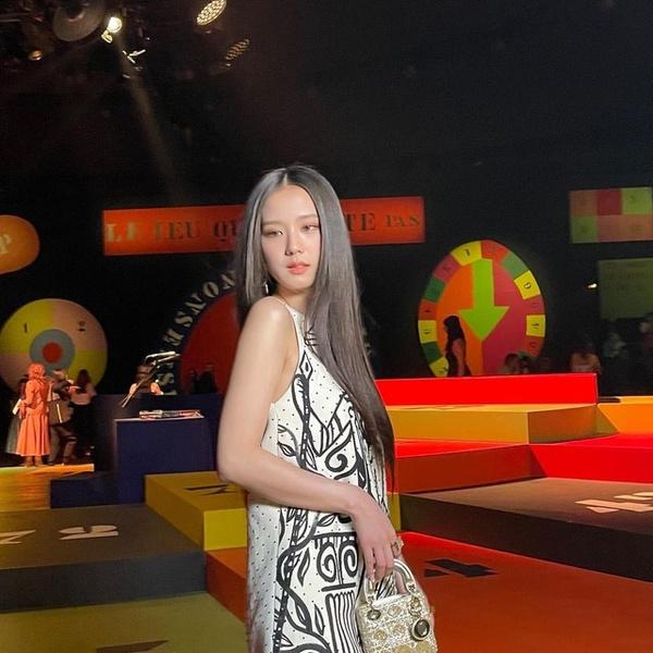Фото №2 - Смотри, как эффектно появилась Джису из BLACKPINK на показе Dior в Париже 😍