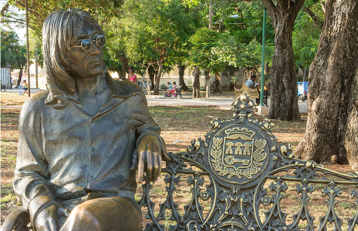 Фото №1 - СМИ рассказали о работе хранителя очков Джона Леннона на Кубе