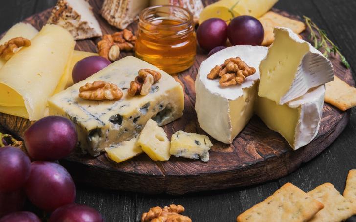 Фото №1 - Гид по сырной тарелке: подбираем сорта сыра, хлеб и вино