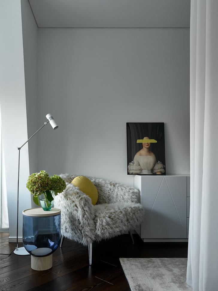 Фрагмент спальни девочки. Кресло, Munna. Столик, Miniforms.