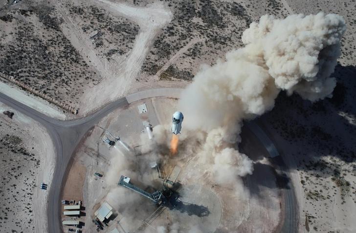 Фото №1 - Джефф Безос слетал в космос на корабле New Shepard