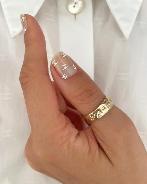 Фото №1 - Логомания вернулась: этой осенью снова украшаем ногти логотипами любимых брендов