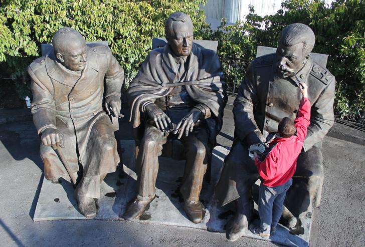 Фото №1 - Пять скандальных российских памятников и что с ними в итоге стало