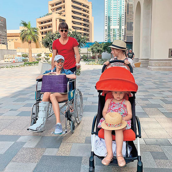 Фото №1 - Ягудин рассказал, почему жена провела отпуск в гипсе