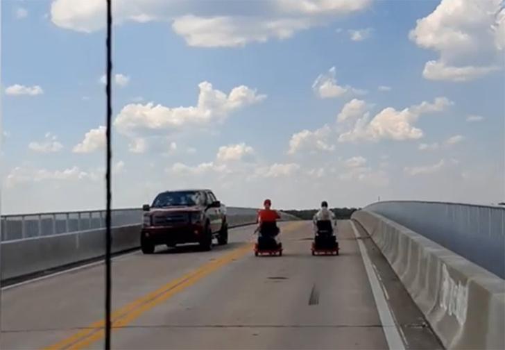 Фото №1 - В США пожилая пара на скутерах устроила огромный затор на дороге, и один из водителей это гениально комментирует (видео)