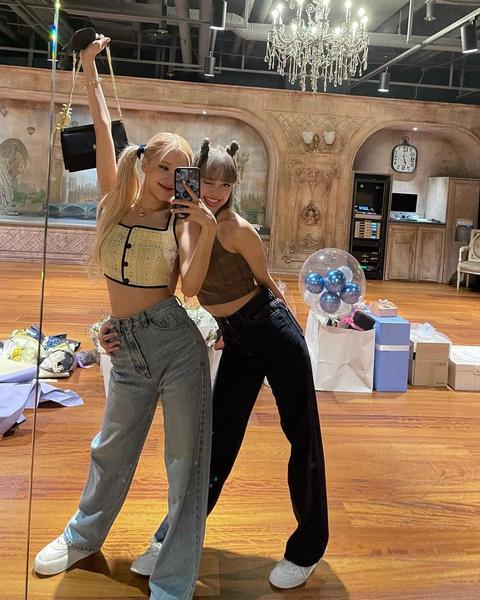 Фото №2 - Модные прически для прогулки с подругой: показывают Розэ и Лиса из BLACKPINK
