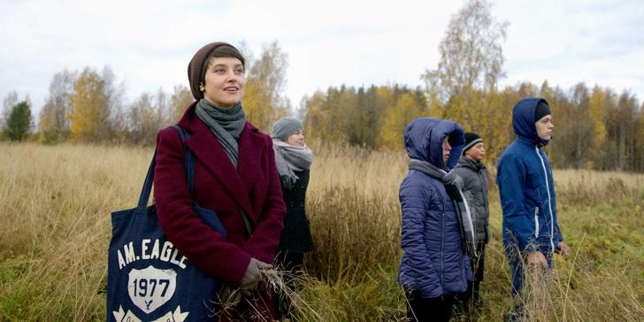 Надежда Горелова играет учительницу черчения, тайком преподающую рисование.