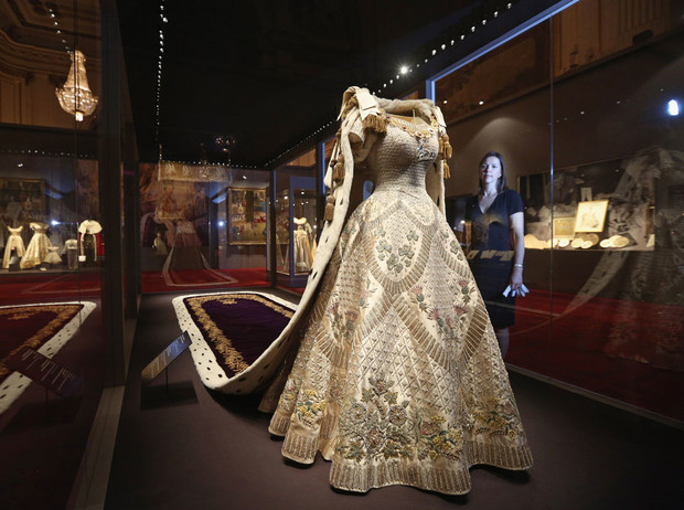 Фото №5 - История самого известного коронационного платья Елизаветы II