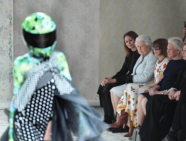 Фото №3 - Впервые в жизни: Королева Елизавета II посетила модный показ
