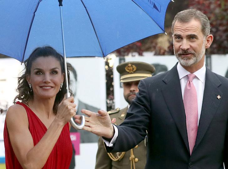 Фото №1 - Королева Летиция пожалела зонтик для мужа