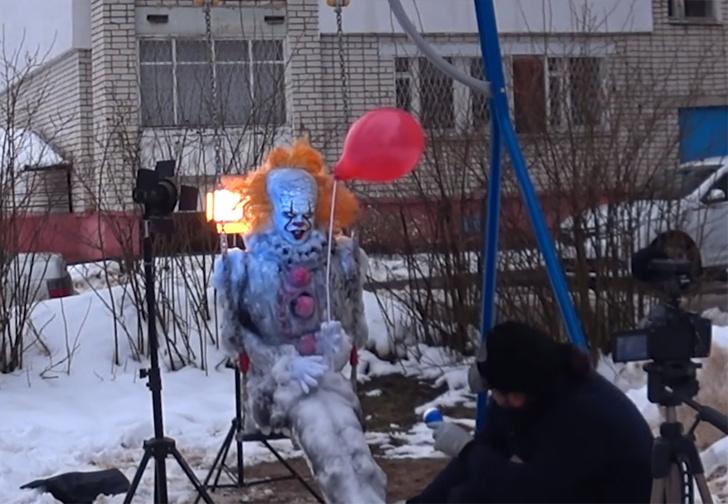 Фото №2 - Саровский художник слепил из снега Пеннивайза и усадил его во дворе на качели (видео)