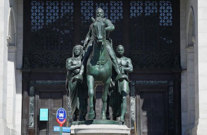Фото №1 - В Нью-Йорке уберут памятник Рузвельту, потому что он на коне, а чернокожий рядом— нет