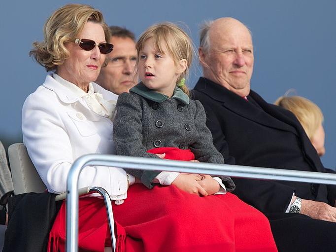 Фото №24 - Самые трогательные фотографии королевских бабушек и дедушек с внуками