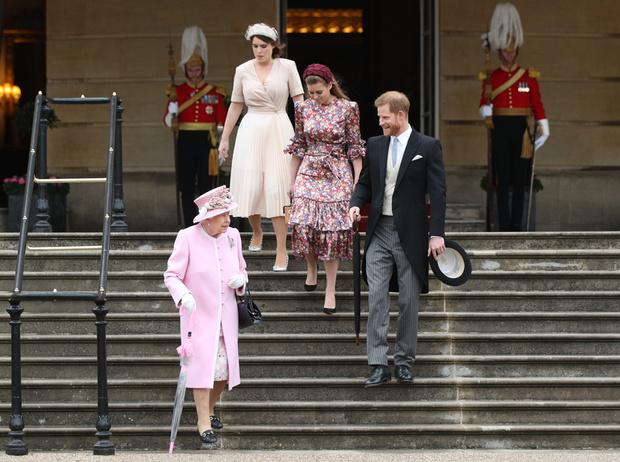 Фото №4 - 10 платьев на лето, как у Беатрис и Евгении на садовой вечеринке Королевы
