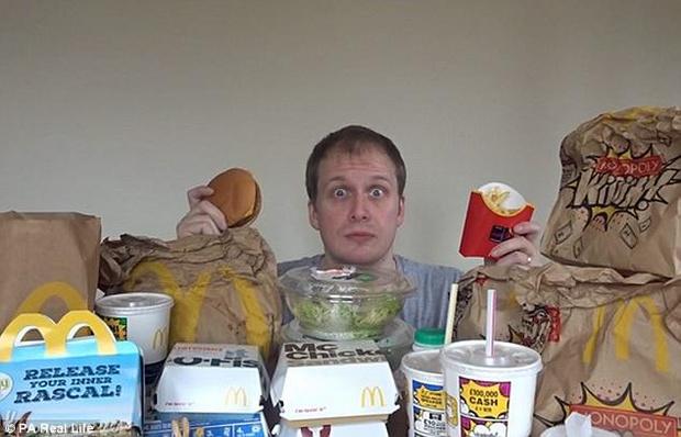 Фото №1 - Британский блогер неделю ел в Макдоналдсе и похудел