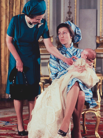 Фото №9 - Самые трогательные фотографии королевских бабушек и дедушек с внуками