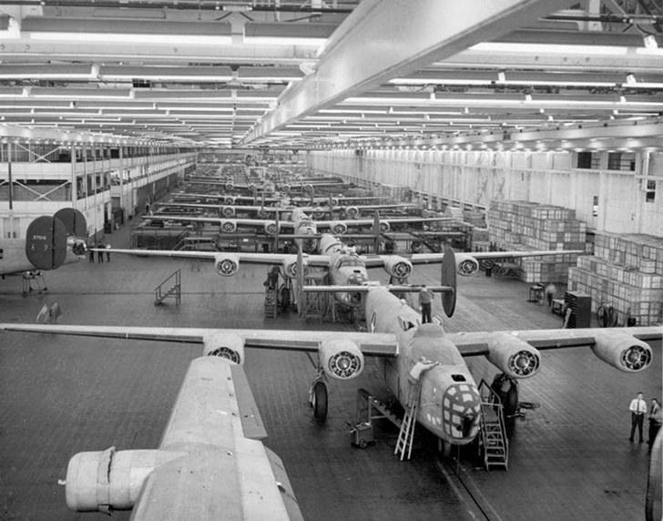 Фото №12 - Что известные автомобильные бренды выпускали во время Второй мировой