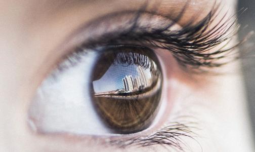 Фото №1 - Врачи достали из глаза россиянина трехсантиметрового червя