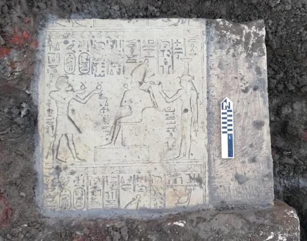 Фото №1 - В Египте обнаружены плиты с изображением Осириса