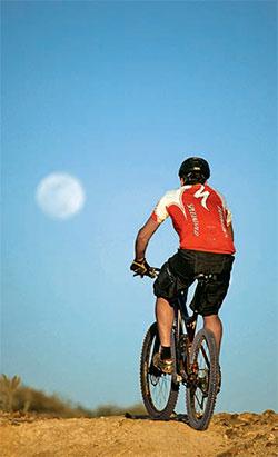 Фото №1 - Почему днем порой видно Луну, порой нет?