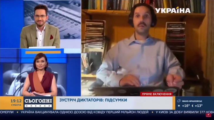 Фото №1 - Обнаженная подруга журналиста засветилась в прямом телеэфире (видео прилагается)