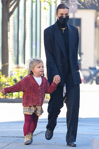 Фото №4 - Самый модный ребенок Нью-Йорка: как одевается дочь Ирины Шейк и Брэдли Купера