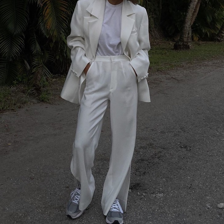 Фото №2 - Брюки с разрезами до колена + кроссовки + пиджак: модное уравнение от Джен Себаллос