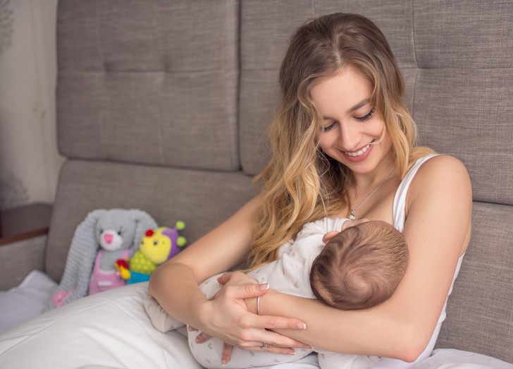 Фото №1 - Нужно ли кормить ребенка грудью после года: мифы и правда