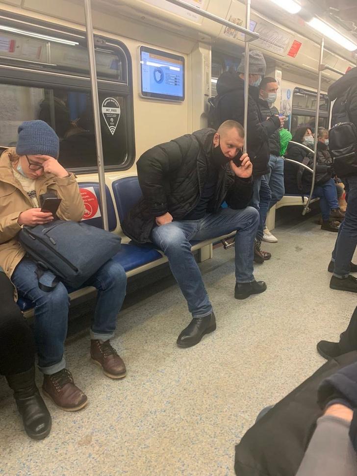 Фото №1 - На Reddit обсуждают пассажира московского метро