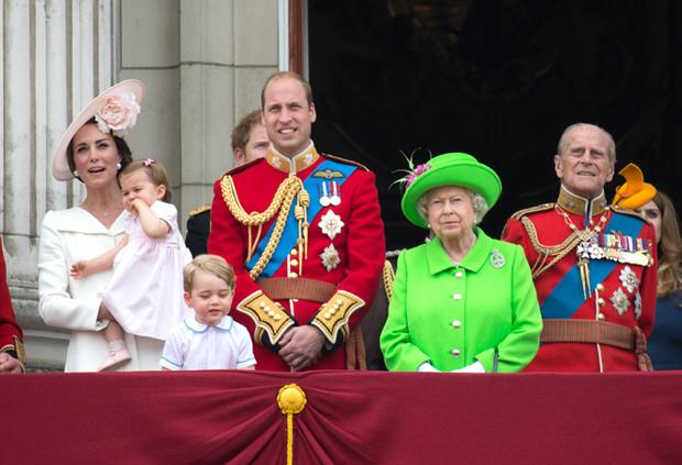 Фото №3 - Почему Меган Маркл стояла на балконе рядом с Королевой (а Кейт – никогда)