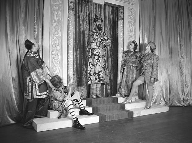Фото №23 - Рождественский театр Виндзоров: как принцессы Елизавета и Маргарет поднимали боевой дух нации