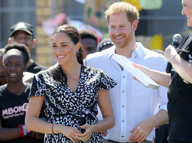Фото №1 - Гарри и Меган в Африке: веселые танцы и особенный наряд герцогини