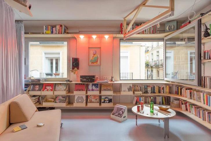Фото №1 - Симфония цвета: маленькая многофункциональная квартира в Мадриде