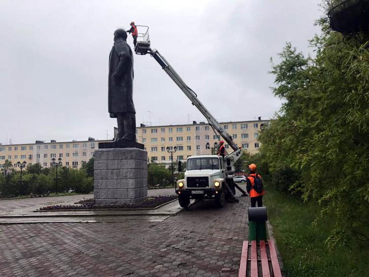 Фото №3 - В Магадане на памятник Ленину установили шипы для отпугивания птиц и он стал похож на панка (фото)