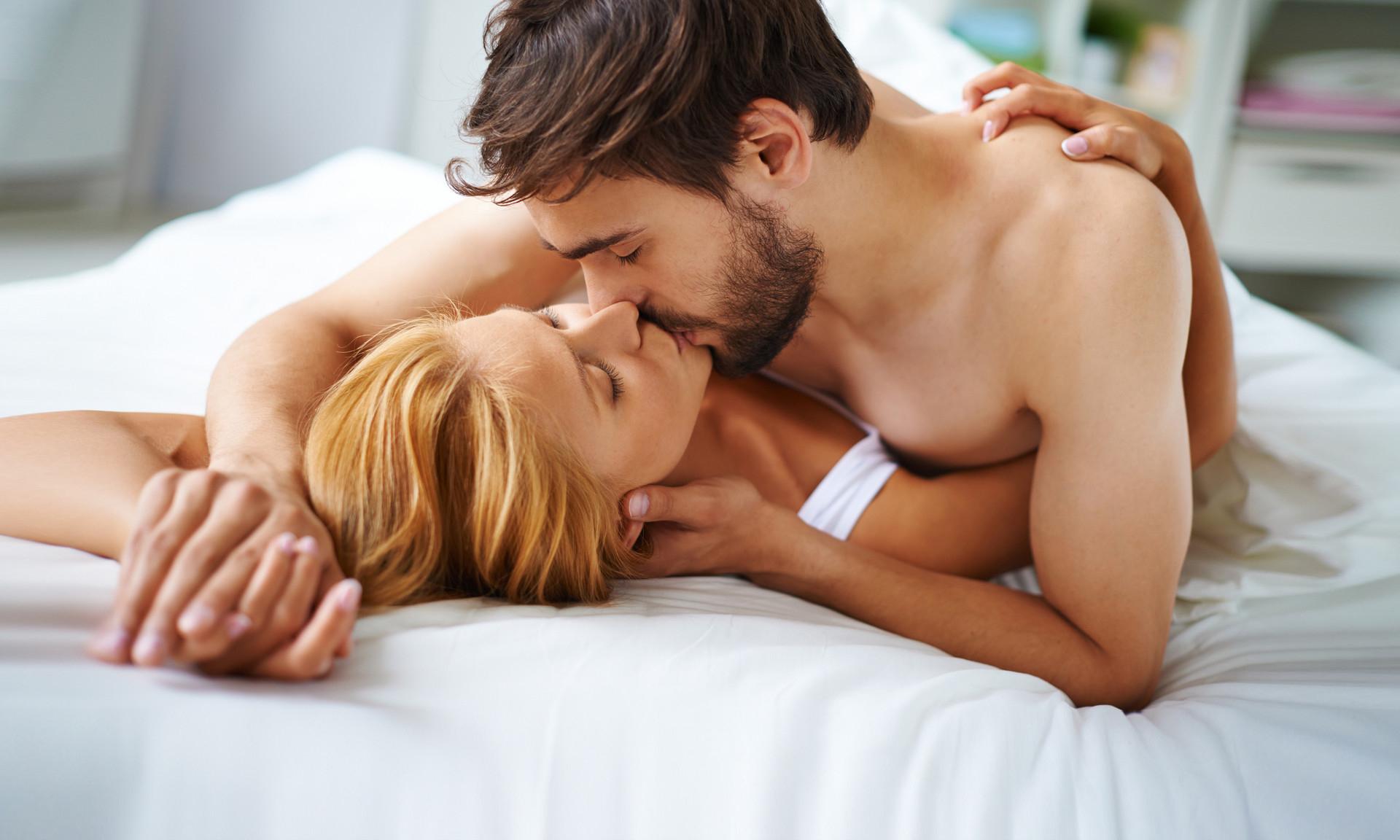 Роскошная Девушка И Черноволосый Мужчина С Щетиной Устраивают Секс На Кровати Смотреть