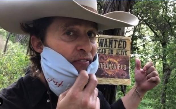 Фото №1 - Мэтью Макконахи теперь ковбой Бобби Бандито, и он объявил охоту на убийцу по кличке Корона Ви (видео)