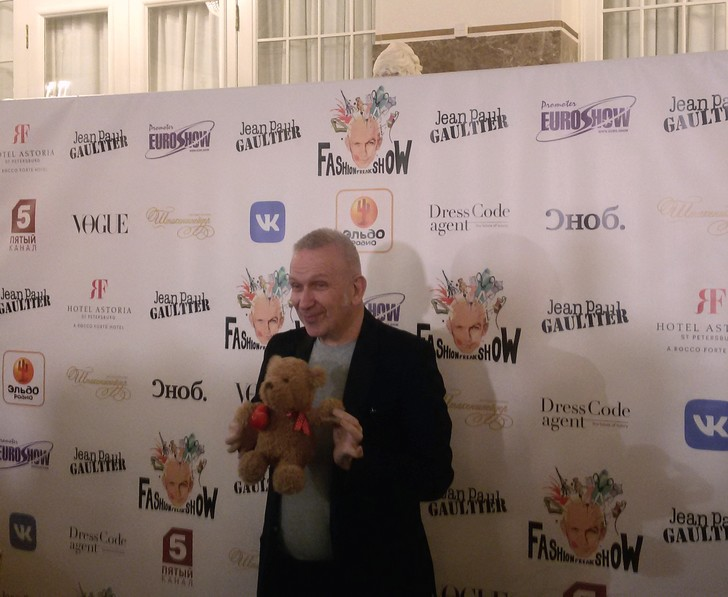 В Петербурге Жан-Полю Готье подарили плюшевого мишку