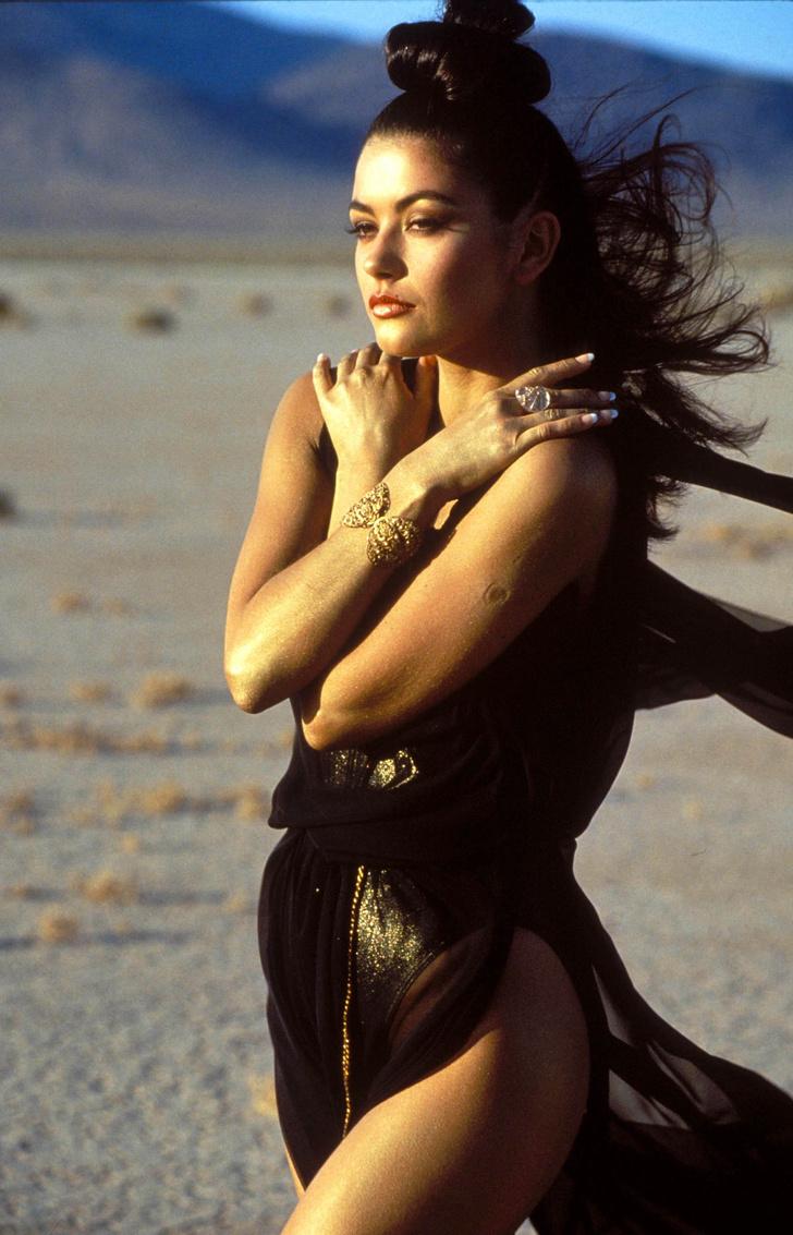 Фото №1 - Уникальный снимок юной Кэтрин Зеты-Джонс: из одежды на ней только две морские звезды и ракушка