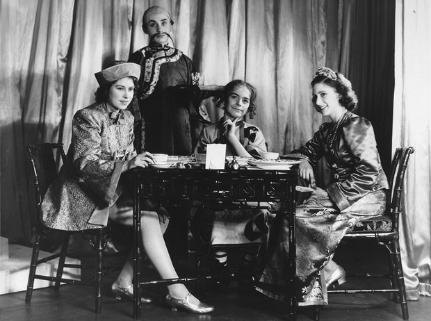 Фото №2 - Рождественский театр Виндзоров: как принцессы Елизавета и Маргарет поднимали боевой дух нации