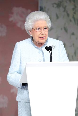 Фото №8 - Впервые в жизни: Королева Елизавета II посетила модный показ