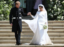 Странный выбор: почему Королева была против свадебного платья Меган