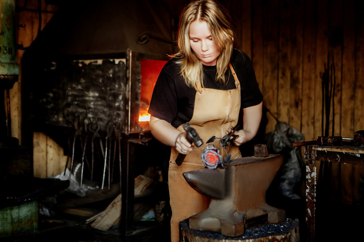 Фото №1 - Анна и молот: как устроена жизнь и работа женщины-кузнеца