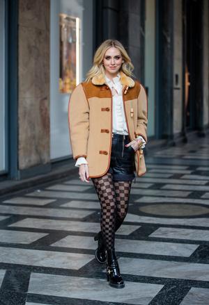 Фото №2 - Универсальная вещь: смотрим, как носить шорты в холодную погоду