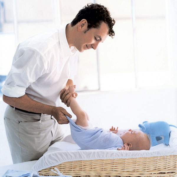 как переодеть грудного ребенка